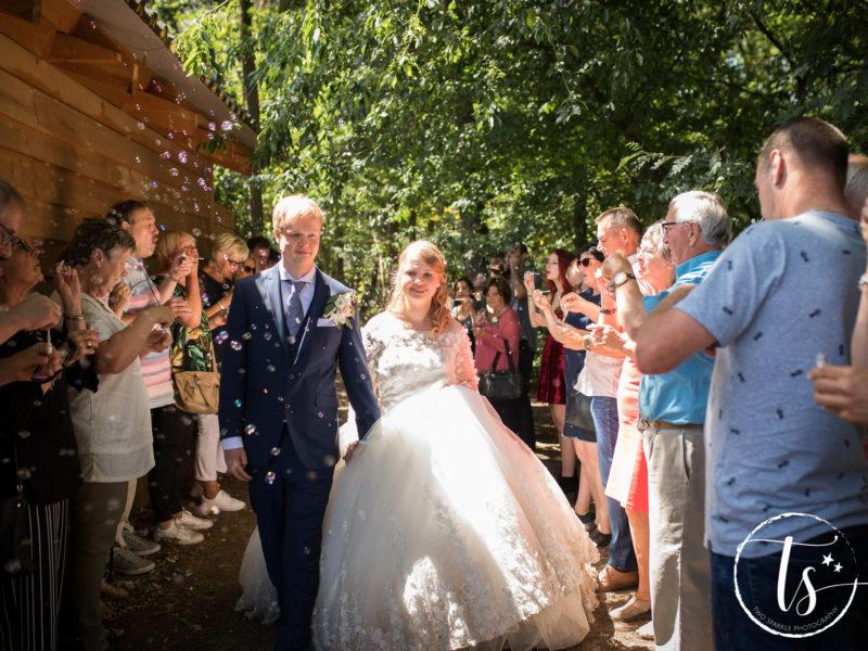 Bruidspaar loopt door haag met bellenblaas, Bruiloft Kim en Ronald, foto Two Sparkle Photography