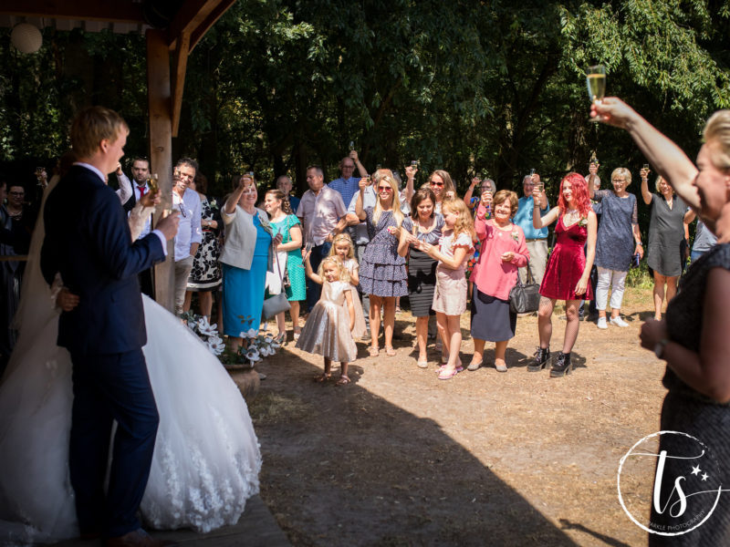 Ceremoniemeester van Stralend Middelpunt brengt toost uit op het bruidspaar, Bruiloft Kim en Ronald, foto Two Sparkle Photography