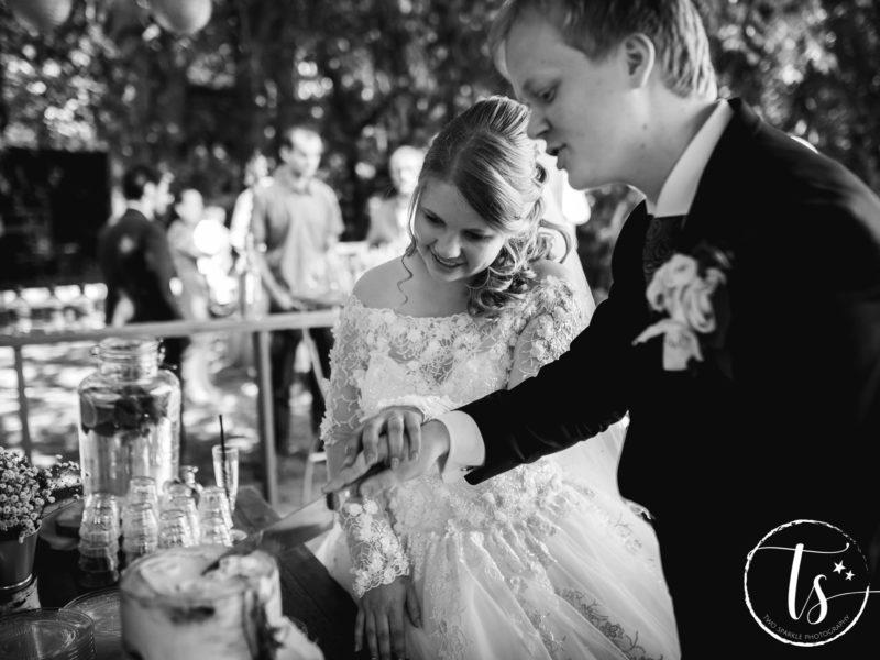 Bruid en bruidegom snijden taart aan, Bruiloft Kim en Ronald, foto Two Sparkle Photography
