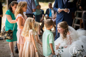 Bruid spreekt kinderen aan, Bruiloft Kim en Ronald, foto Two Sparkle Photography