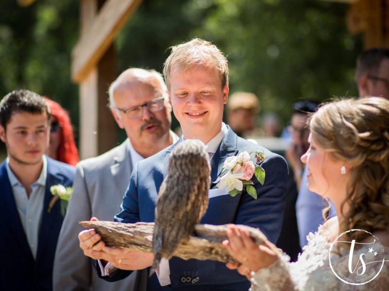 Bruid heeft roofvogel op een stok, Bruiloft Kim en Ronald, foto Two Sparkle Photography