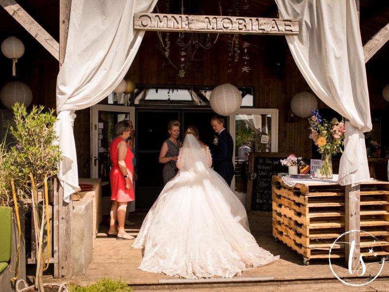 Ceremoniemeester van Stralend Middelpunt overlegt met bruidspaar, Bruiloft Kim en Ronald, foto Two Sparkle Photography