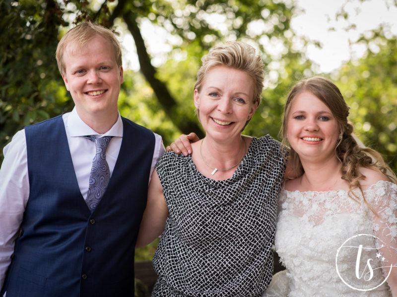 Bruidspaar met hun ceremoniemeester van Stralend Middelpunt, foto Two Sparkle Photography