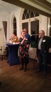 Marian Krook-Lievestro spreekt de vrijwilligers van de wijk Osseveld-Woudhuis toe tijdens Nationale Vrijwilligersdag