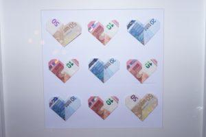 Geld opgevouwen tot hartjes als cadeau voor bijvoorbeeld een bruiloft