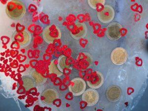Een ijsblok met geld erin en rode hartjes als cadeau voor bijvoorbeeld een bruiloft