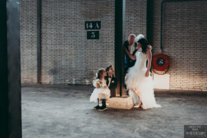 Bruid en bruidegom kijken naar zoon en dochter foto My Eye Fotografie
