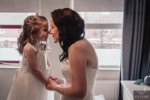 Bruid doet neussieneussie met dochter foto My Eye Fotografie