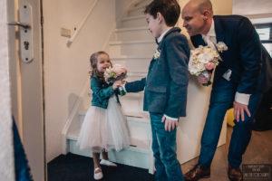 Bruidsjonker geeft bruidsmeisje boeket foto My Eye fotografie