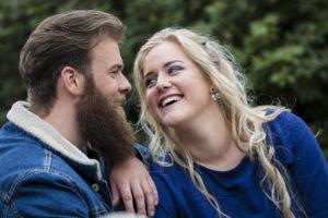 Zij kijkt hem lachend aan, foto Karin Keesmaat van Kijk-Kunst fotografie