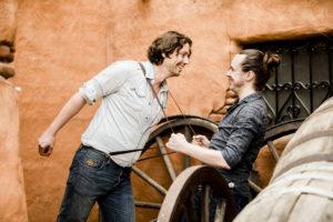 Hij trekt hem aan zijn bretels, foto Karin Keesmaat van Kijk-Kunst fotografie