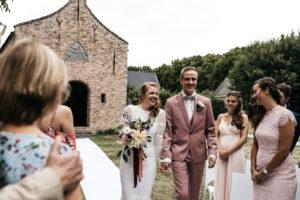 Bruidspaar komt over de witte loper aan