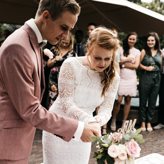 Bruidspaar snijdt de bruidstaart aan