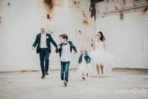 Bruidskinderen rennen met bruid en bruidegom fotograag D-eYe Photography