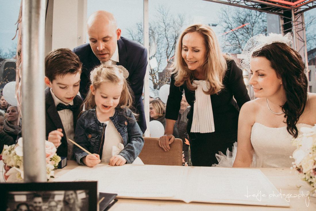 Bruidskinderen tekenen akte met Angela Groothuizen fotograag D-eYe photography