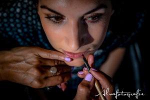 Bruid wordt opgemaakt, foto Alvafotografie
