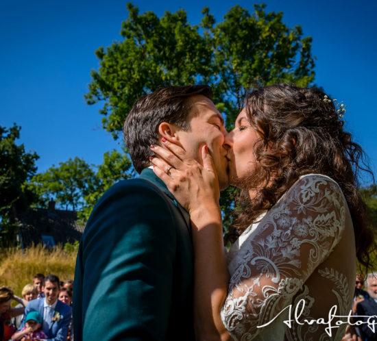 Bruidspaar zoent elkaar, foto Alvafotografie