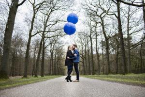 Verliefd stel met blauwe ballonnen in het park bij Paleis het Loo, foto Karin Keesmaat van Kijk-Kunst fotografie