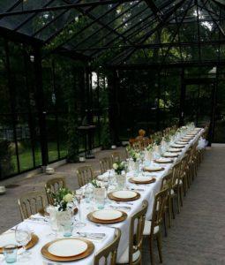 Trouwen in de kas van Tuin De Lage Oorsprong. Diner aan lange tafels.
