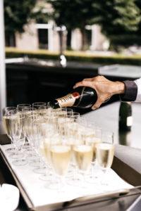Champagneglazen worden ingeschonken Foto: Wianda Bongen Photograhy
