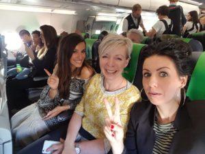 Fotograaf met weddingplanners in vliegtuig