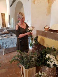 Weddingplanner Marian van Stralend Middelpunt maakt een boeket