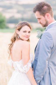 Bruidspaar in een granenveld in Italië Umbrië Foto: Jessica van Duren Fine Art Photography