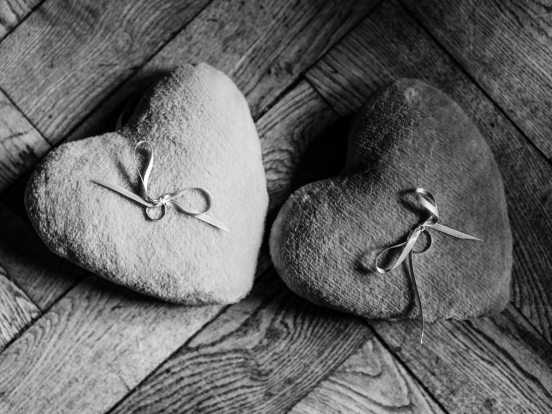 Twee harten met ringen bruiloft bij Stayokay Gorssel Foto Eline Bon Fotografie