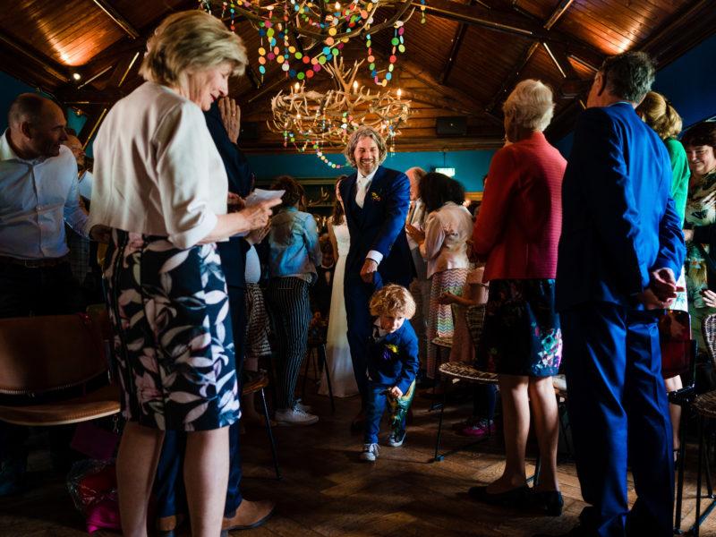Bruidegom wordt door bruidsjonker getrokken bij Stayokay Gorssel Foto Eline Bon Fotografie