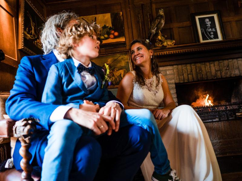 Bruidsjonker bij bruidegom op schoot bij Stayokay Gorssel Foto Eline Bon Fotografie