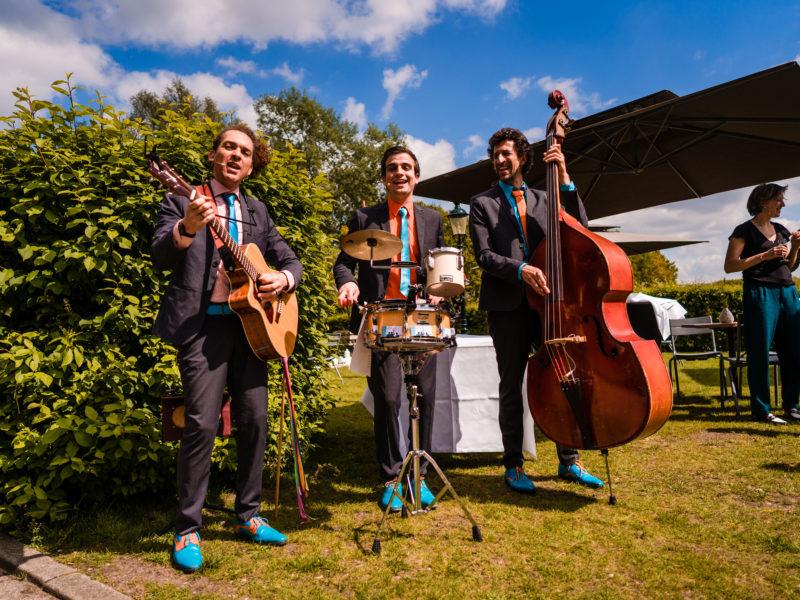 Trio Moon About tijdens bruiloft bij Stayokay Gorssel Foto Eline Bon Fotografie
