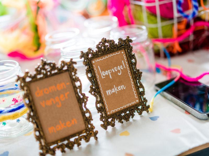 Fotolijstjes bij bruiloft bij Stayokay Gorssel Foto Eline Bon Fotografie