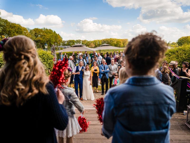 Kinderen dansen voor bruidspaar bij Stayokay Gorssel Foto Eline Bon Fotografie