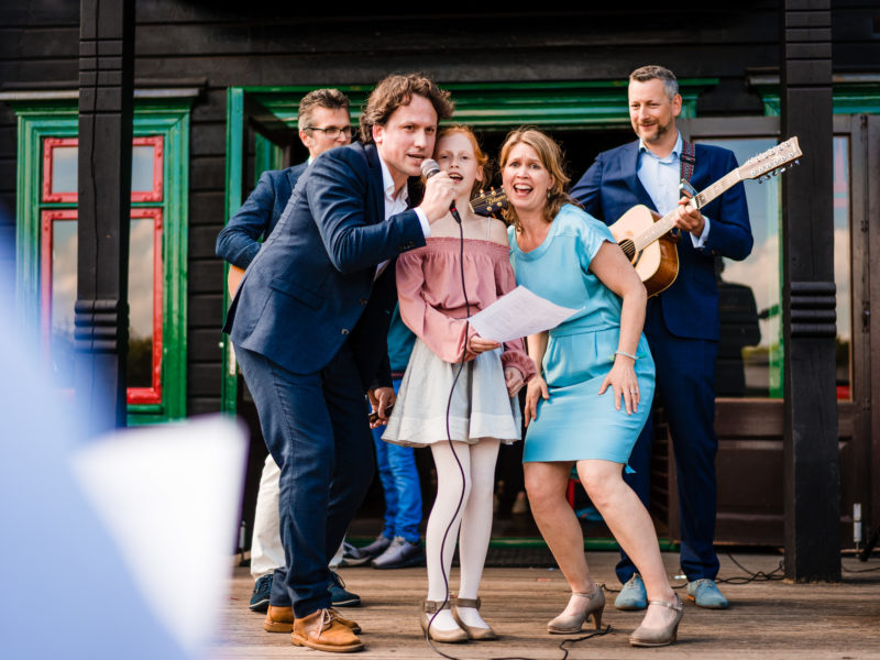 Drie gasten zingen bruidspaar toe bij Stayokay Gorssel Foto Eline Bon Fotografie