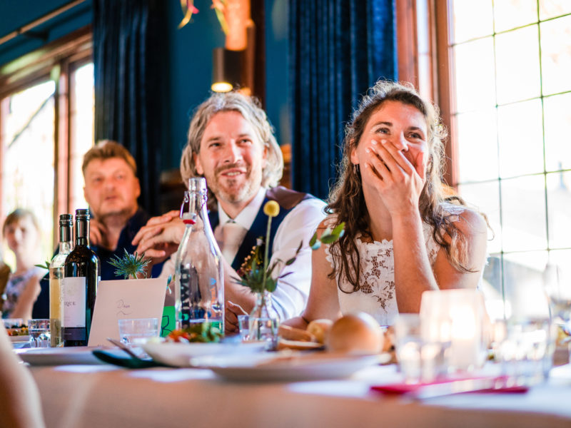 Bruidspaar zit aan tafel bij Stayokay Gorssel Foto Eline Bon Fotografie