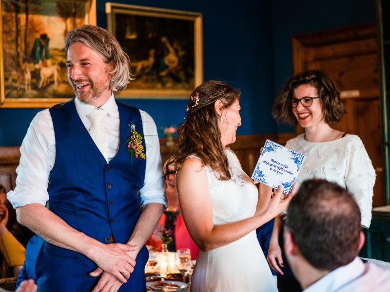 Bruidspaar krijgt cadeau bij Stayokay Gorssel Foto Eline Bon Fotografie