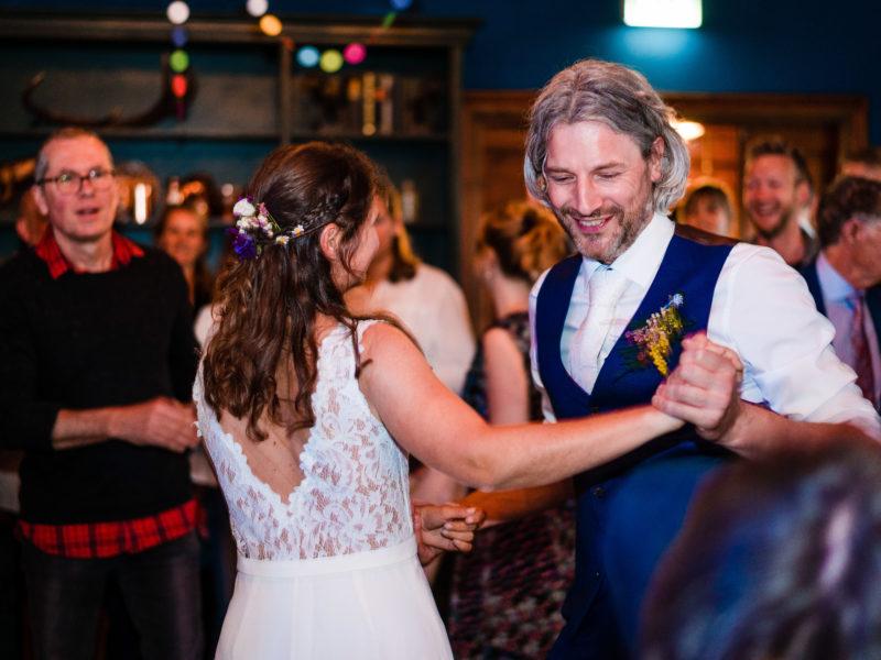 Bruidspaar danst bij Stayokay Gorssel Foto Eline Bon Fotografie