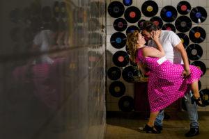 Dansend stel met grammofoonplaten op de achtergrond Foto: Karin Keesmaat van Kijk-Kunst Fotografie Styling: Stralend Middelpunt