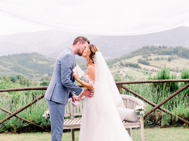 Bruid en bruidegom kussen elkaar na ja-woord. Foto: Jessica Photography
