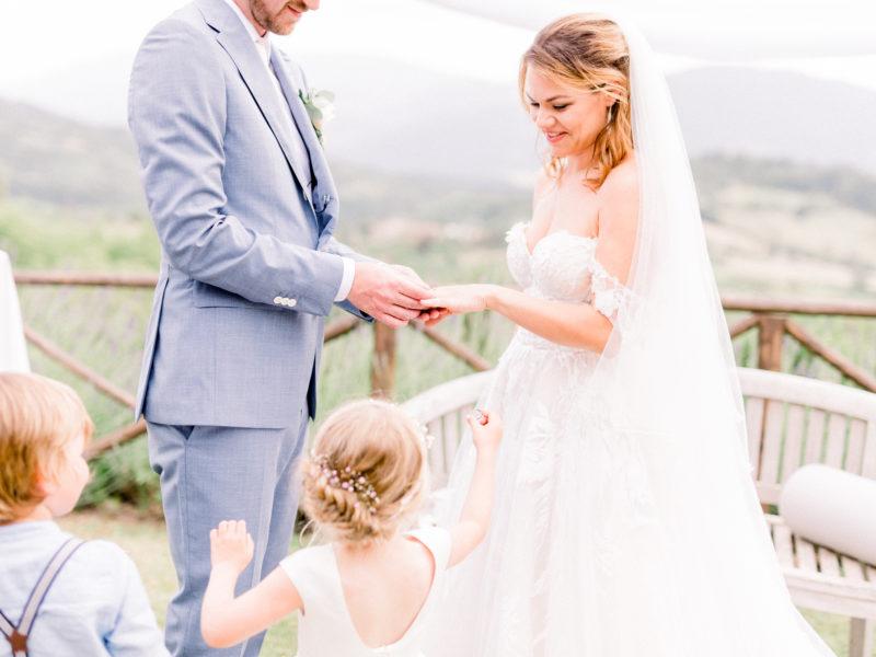 Bruidspaar krijgt ring van dochter. Foto: Jessica Photography