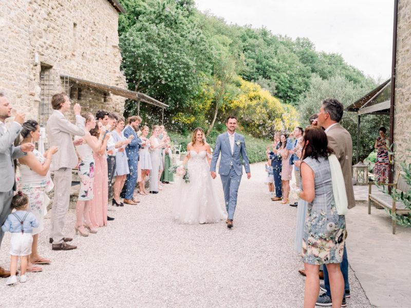 Bruid en bruidegom lopen door haag van bellenblaas in Italië. Foto: Jessica Photography