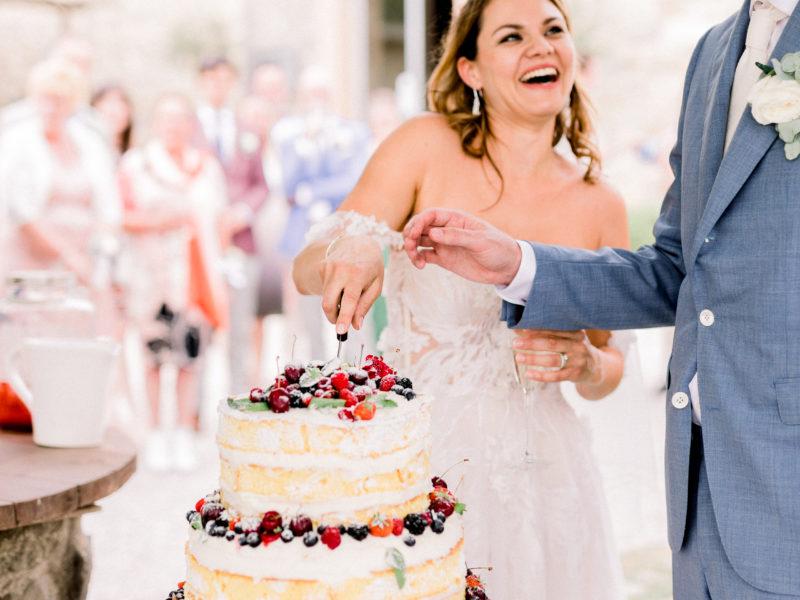 Bruid en bruidegom snijden taart aan in Italië. Foto: Jessica Photography