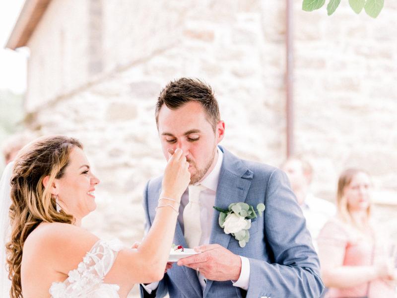 Bruid voert bruidegom taart. Foto: Jessica Photography