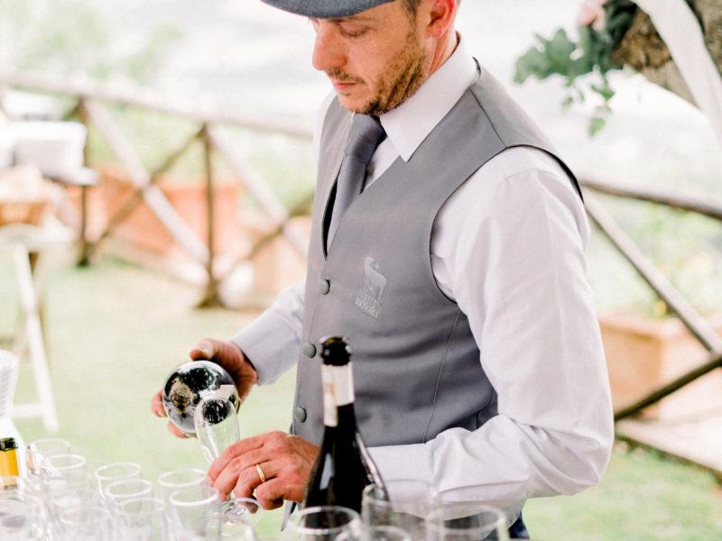 Bartender schenkt Prosecco in Italië. Foto: Jessica Photography