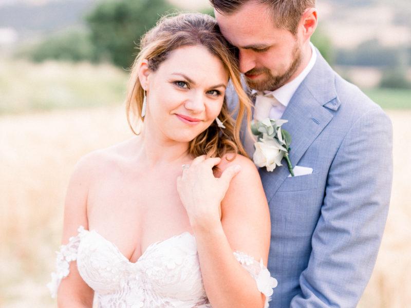 Bruid en bruidegom in graanveld in Italië. Foto: Jessica Photography