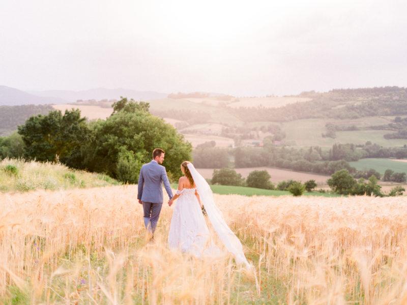 Bruidspaar in graanveld Italië. Foto: Jessica Photography