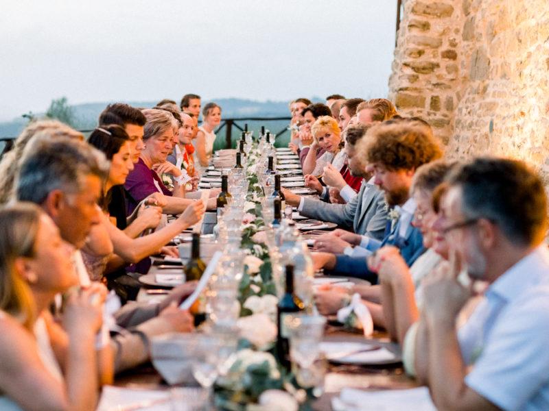 Buiten aan tafel gasten bruiloft Italië Foto: Jessica Photography