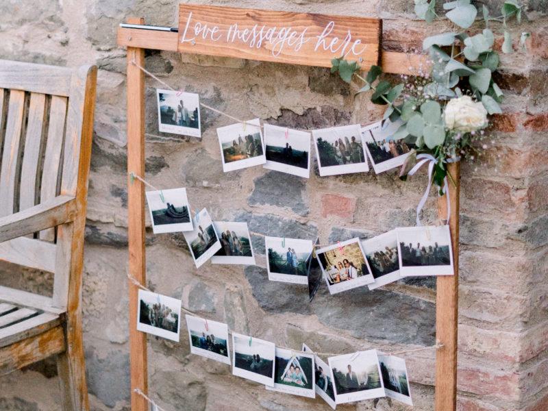 Bord met lijntjes en foto's bruiloft Foto: Jessica Photography