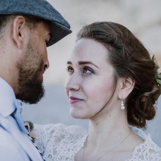 Bruidspaar kijkt elkaar aan. Foto My Eye Fotografie