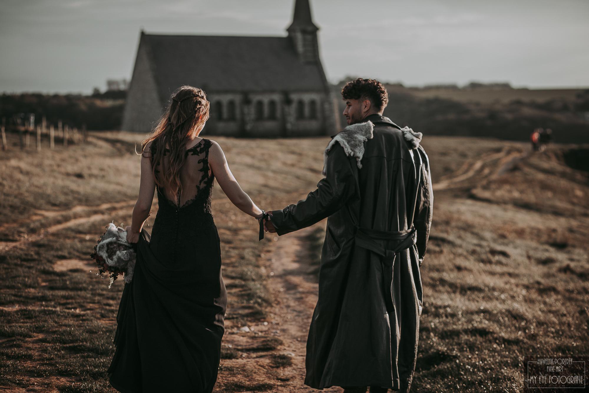 Bruidspaar in Game of Thrones stijl loopt naar kerk. Foto: My Eye Fotografie